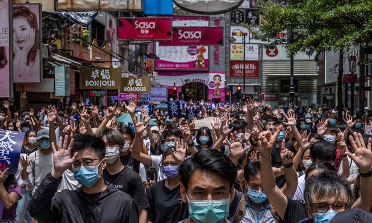Người Hong Kong xuống đường biểu tình phản đối luật an ninh hôm 24/5. Ảnh:NYTimes.