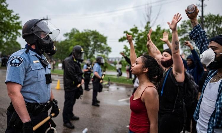 Cảnh sát đối diện người biểu tình ở Minneapolis hôm 2/6. Ảnh: AP.