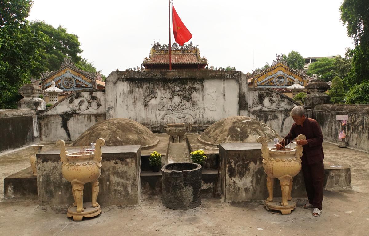 Lăng mộ Tả quân Lê Văn Duyệt (phải) và vợ Đỗ Thị Phẫn trong khu Lăng Ông, quận Bình Thạnh. Ảnh: Mạnh Tùng.