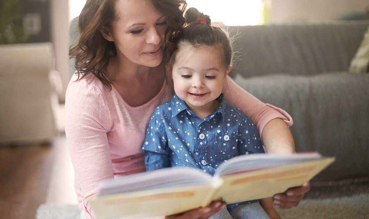 Cha mẹ nên đọc sách cùng con để hiểu con hơn. Ảnh:PBS