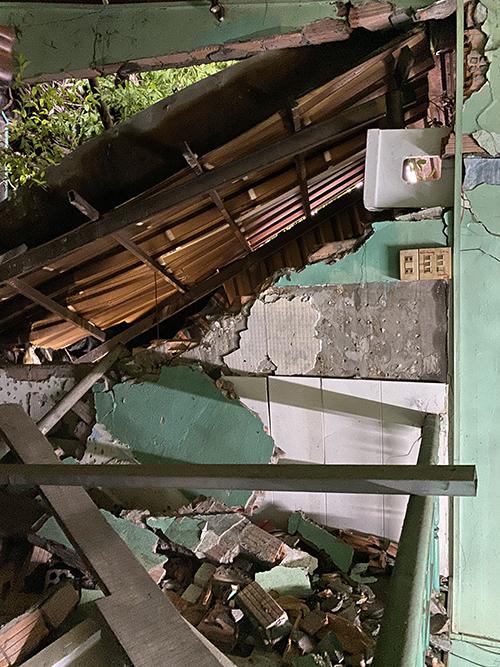 Đầu tháng 8/2019, cây da bậc gốc, nghiêng đè sập bức tường nhà dân. Ảnh: Cửu Long