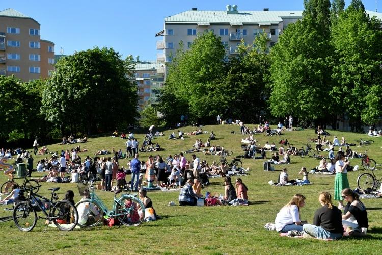 Người dân ở thủ đô Stockholm đến công viên giải trí vào ngày 30/5. Ảnh: Reuters.
