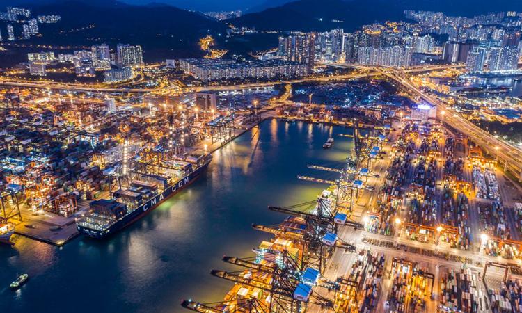 Cảng container Kwai Tsing ở Hong Kong. Ảnh: NYTimes.