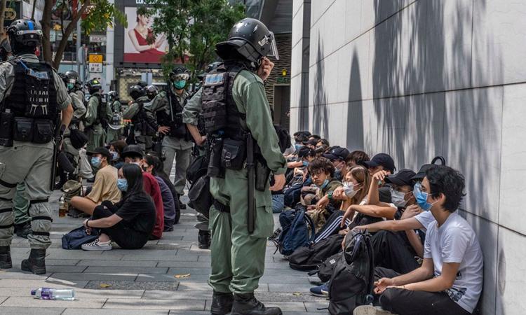 Người biểu tình bị cảnh sát trấn áp ởkhu vực Causeway Bay, Hong Kong tuần trước. Ảnh: NYTimes.
