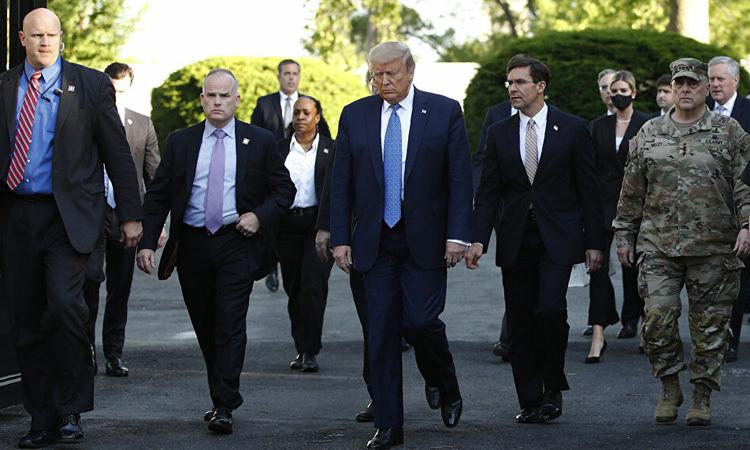 Tổng thống Trump (thứ ba từ phải) cùng Bộ trưởng Quốc Phòng Esper (thứ hai từ phải) và Tướng Milley (ngoài cùng bên phải) rời Nhà Trắng để tới nhà thờ St. John hôm 1/6. Ảnh: AP.