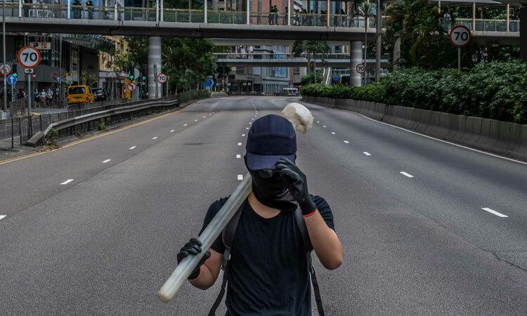 Một người biểu tình trên đường phố Hong Kong hôm 31/5. Ảnh: NYTimes.