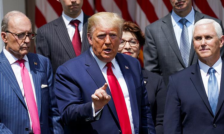 Tổng thống Mỹ Donald Trump (chính giữa) cùng các quan chức Nhà Trắng trong buổi họp báo ngày 5/6. Ảnh: Reuters.