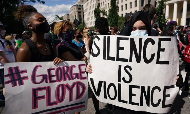 Người biểu tình phản đối cái chết của George Floyd gần Nhà Trắng ngày 1/6. Ảnh: AFP.