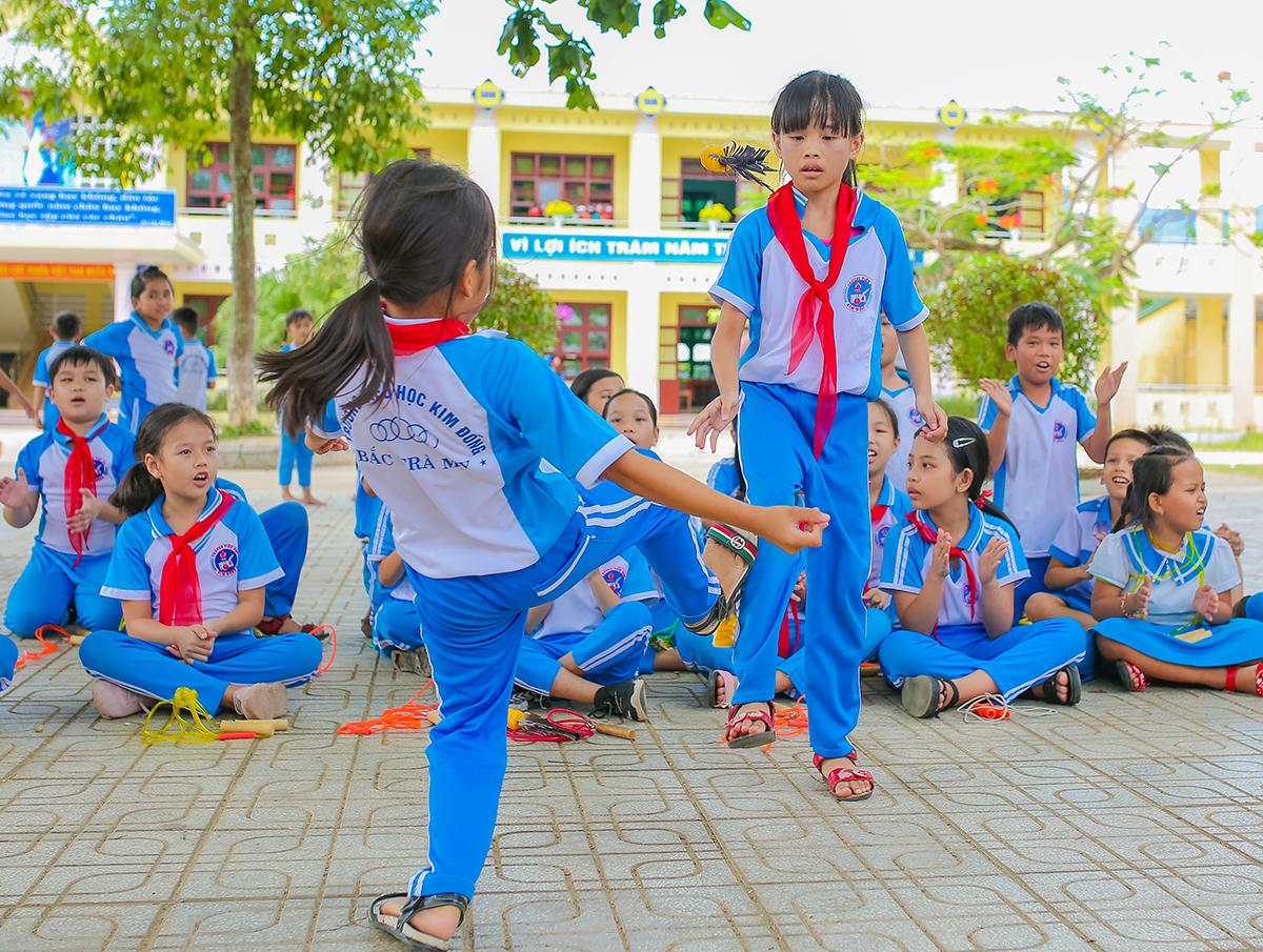 Học sinh trường tiểu học Kim Đồng, Quảng Nam trong tiết học thể dục.