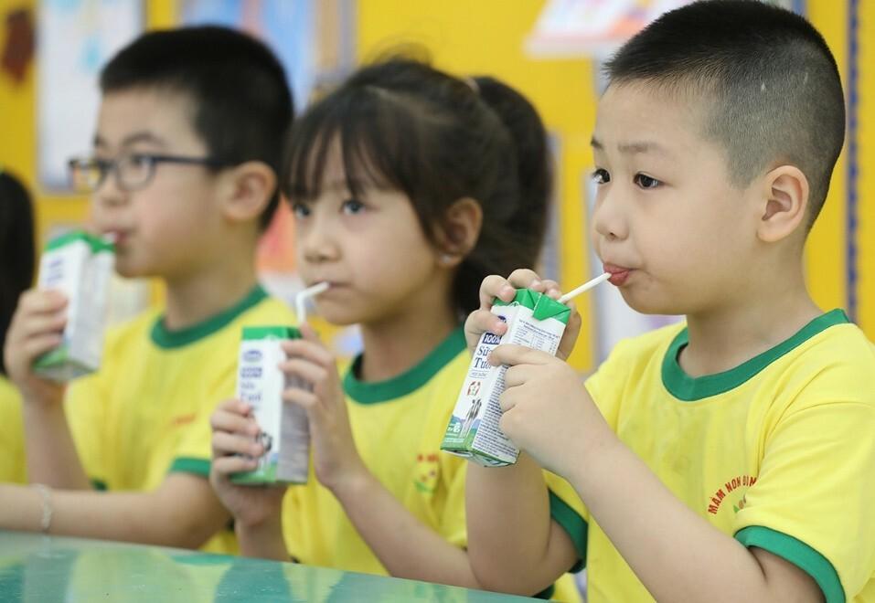 Các bé uống sữa tại trường để bổ sung thêm dưỡng chất, góp phần tăng cường sức đề kháng. Ảnh: Ngọc Thành.