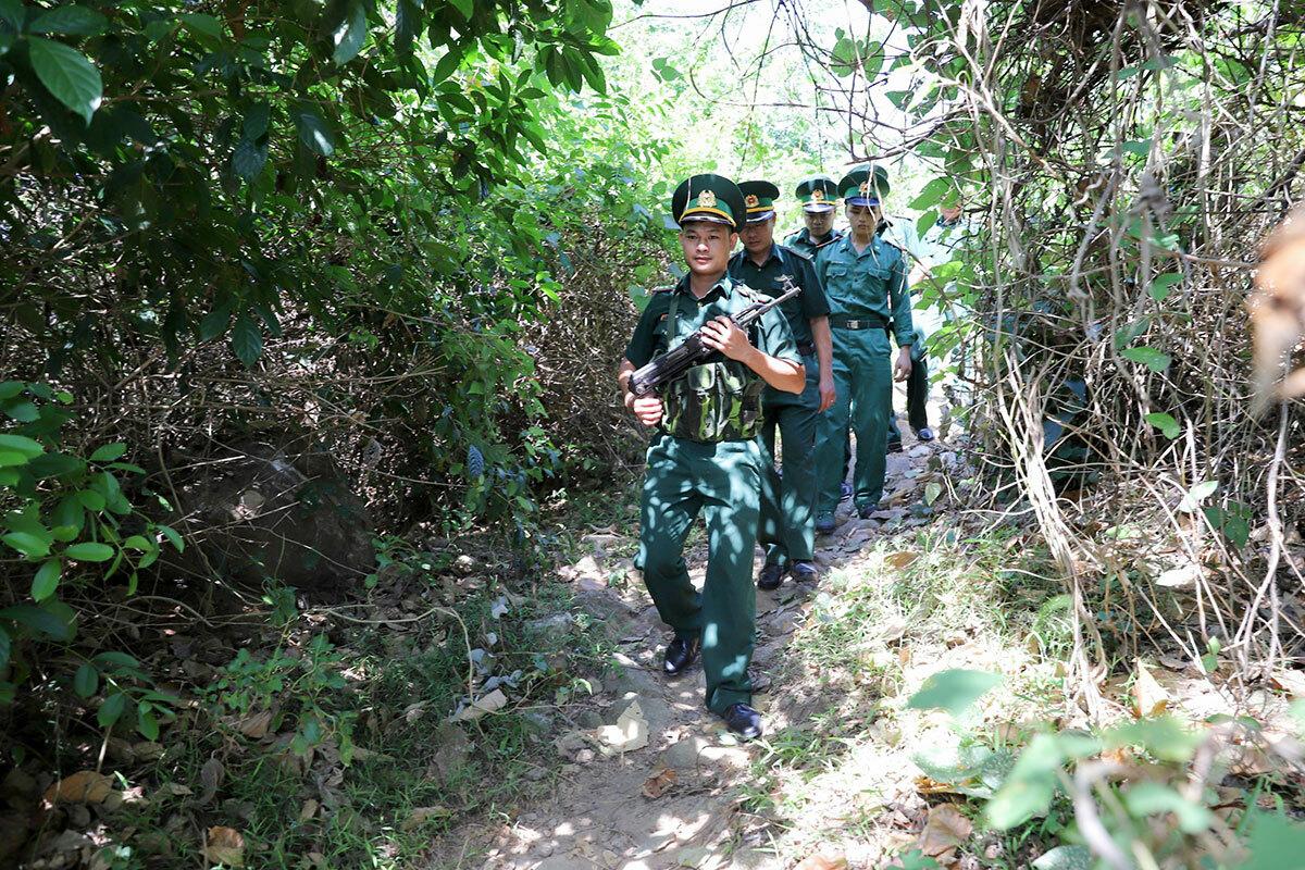 Biên phòng xẻ rừng tuần tra tìm phạm nhân Sự. Ảnh: Nguyễn Đông.
