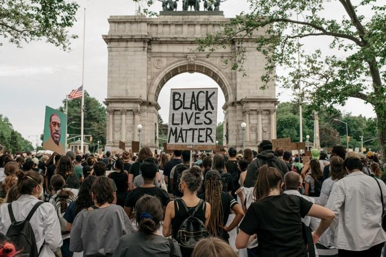 Người biểu tình tập trung tại một cuộc họp báo ở Brooklyn, New York để kêu gọi thông qua các dự luật tăng trách nhiệm đối với cảnh sát trên toàn bang hôm 4/6. Ảnh: AFP.