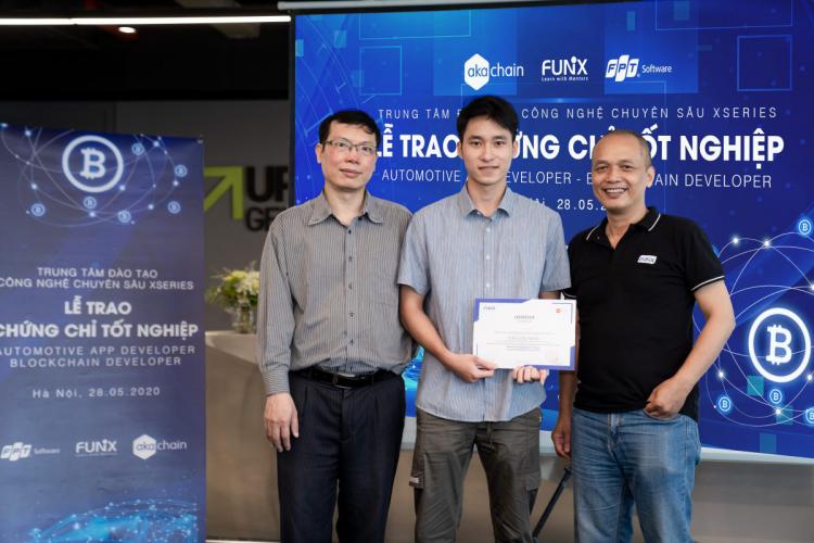 Cao Linh Nhật (đứng giữa) chọn học Blockchain ở FUNiX và gặt hái được quả ngọt ngay sau khi tốt nghiệp.