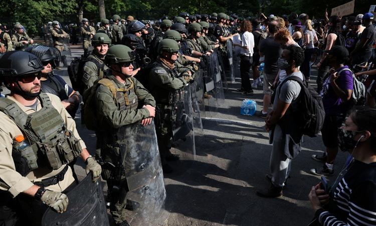 Người biểu tình đứng đối diện với lính Vệ binh Quốc gia Mỹ gần Nhà Trắng hôm 3/6. Ảnh: Reuters.