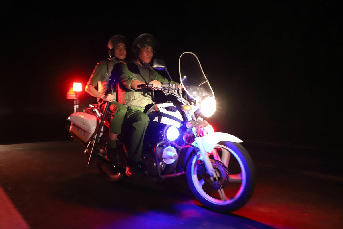 Cảnh sát tuần tra trên đèo Hải Vân truy tìm Sự khuya 4/6. Ảnh: Nguyễn Đông.