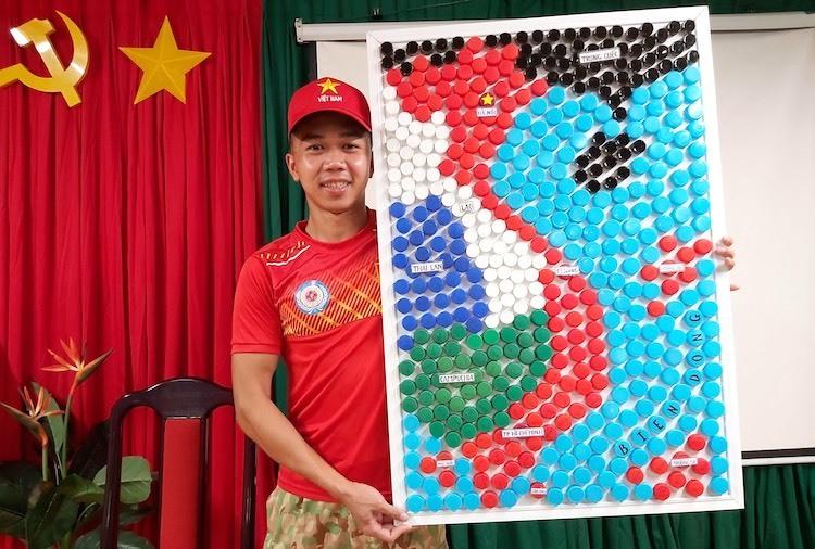 Bản đồ Việt Nam làm từ 509 nắp chai nhựa của y, bác sĩ bệnh viện dã chiến Việt Nam ở phái bộ Gìn giữ hòabình Liên Hợp Quốc tại Nam Sudan. Ảnh: Cục Gìn giữ hòabình Việt Nam