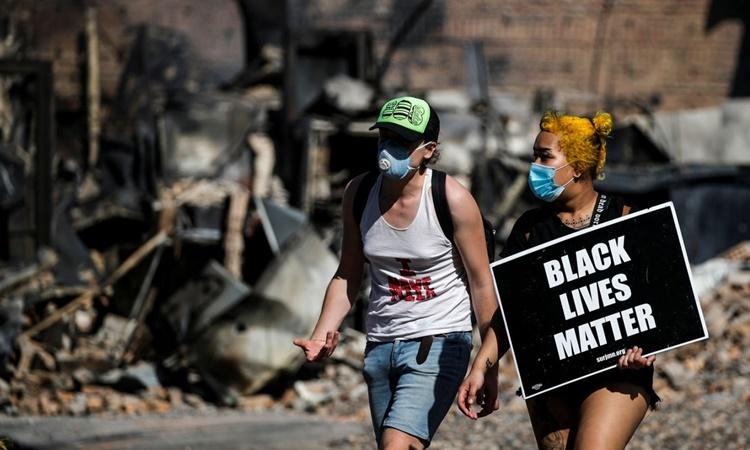 Người biểu tình giơ biểu ngữ mạng sống người da màu cũng quan trọng ở Minneapolis, Minnesota, ngày 28/5. Ảnh: Reuters.