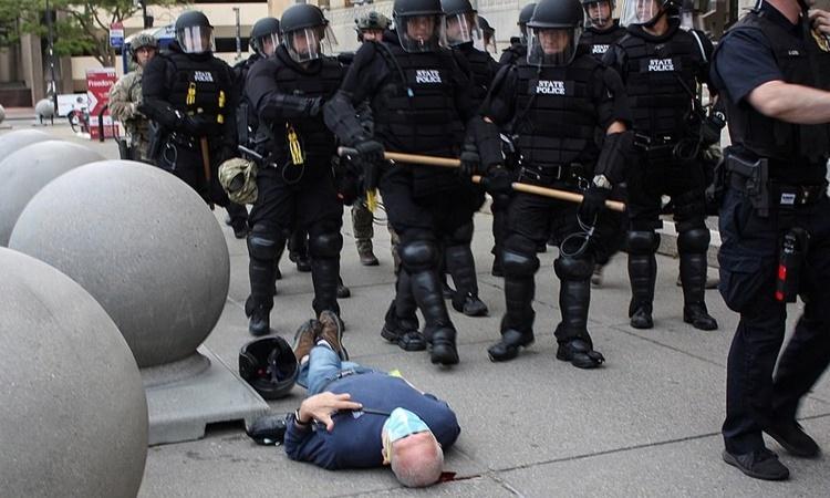 Cảnh sát đi qua người biểu tình bị đẩy ngã ở Buffalo, New York, ngày 4/6. Ảnh: Reuters.