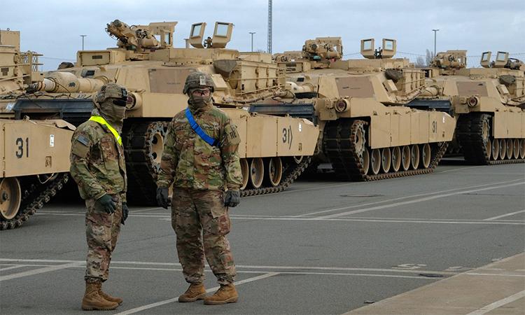 Binh sĩ Mỹ và xe tăng  M1 Abrams tham gia hội thao quân sự tại Đức, tháng 2. Ảnh: AFP.
