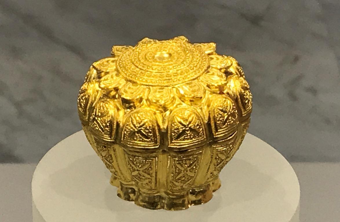 Hộp vàng Ngọa Vân - Yên Tử có tổng chiều cao là 42 mm, đường kính miệng 49 mm, đường kính thân chỗ lớn nhất 51 mm, đường kính chân đế 35 mm. Ảnh: Minh Cương