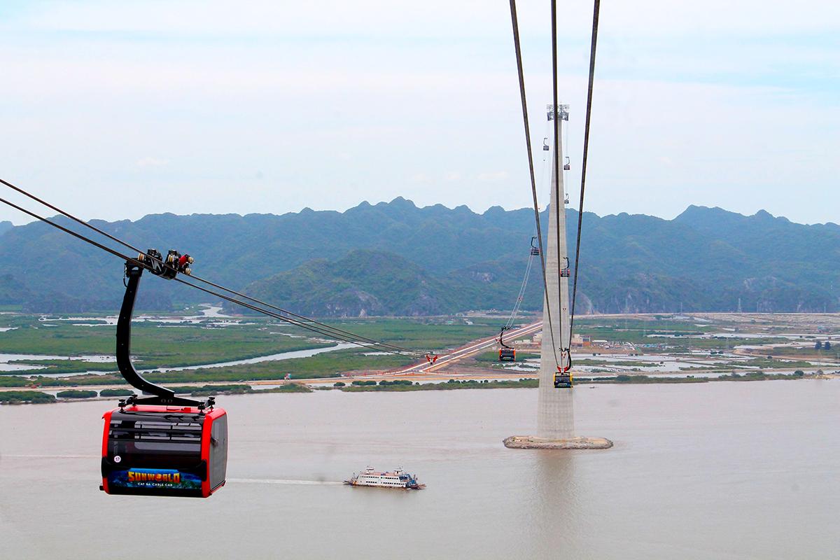 Tuyến cáp treo Cát Hải- Phù Long dài gần 4k vượt qua Lạch huyện,Cát Hải có tổng mức đầu tư hơn 2207 tỷ đồng chính thức được đưa vào hoạt động phục vụ khách du lịch từ ngày 6/6. Ảnh; Giang Chinh
