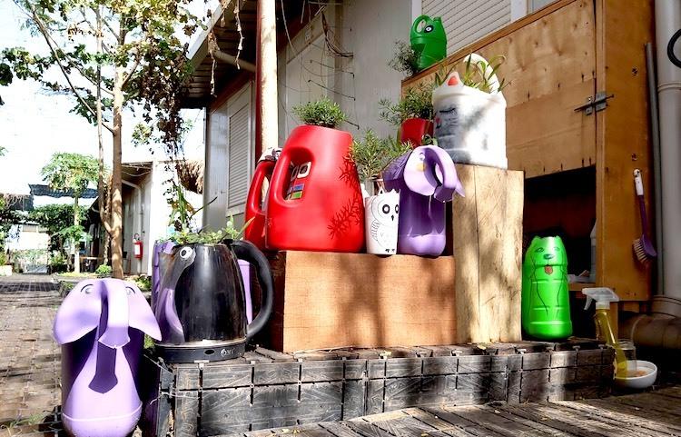 Can nhựa, bình nhựa được cán bộ, nhân viên bệnh viện tái chế làm chậu trồng hoa. Ảnh:Cục Gìn giữ hòabình Việt Nam