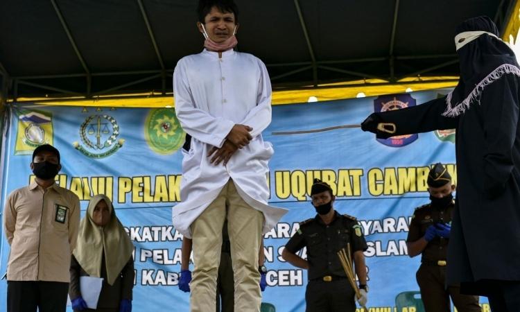 Người đàn ông bị đánh 100 roi ở tỉnh Aceh, Indonesia, hôm 5/6. Ảnh: AFP.