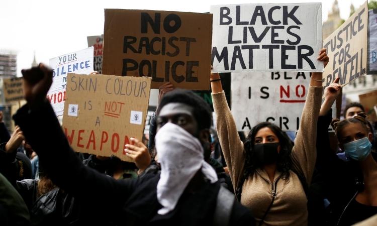 Người Anh biểu tình chống phân biệt chủng tộc ở London hôm nay. Ảnh: NY Times.