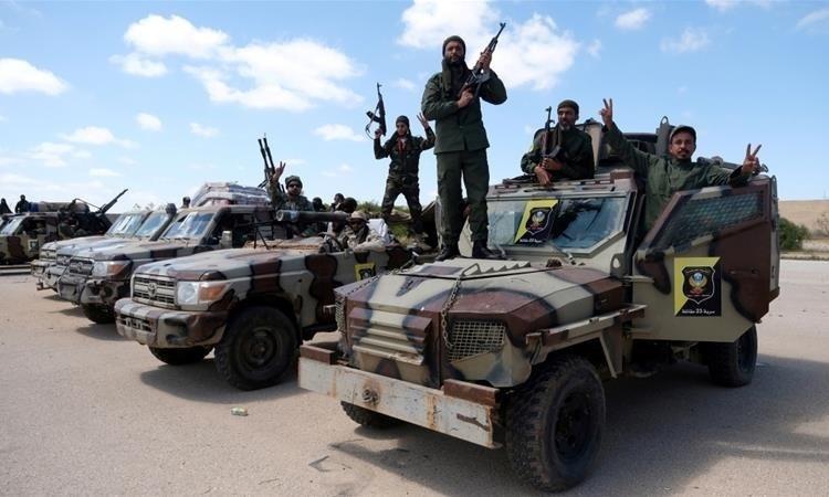 Các tay súng LNA ở Benghazi hồi tháng 4 năm ngoái. Ảnh: Reuters.