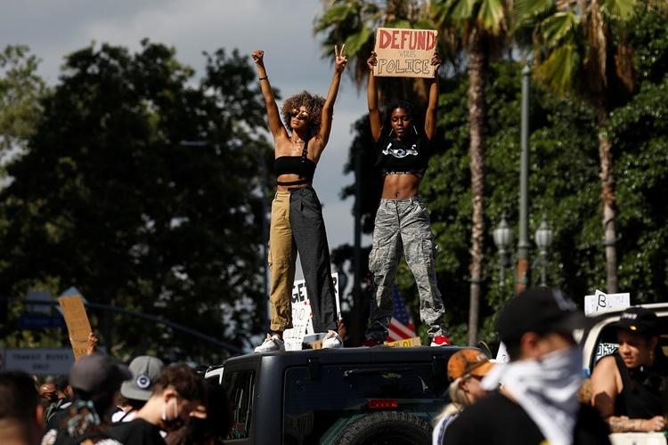 Người biểu tình ở Los Angeles ngày 6/6. Ảnh: Reuters.