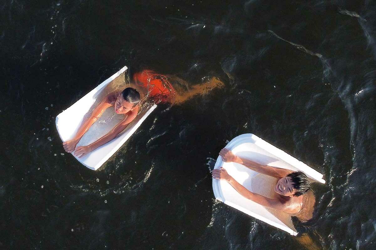 Nhiều trẻ em đu trên tấm phao tắm trên sông Hương. Ảnh: Võ Thạnh
