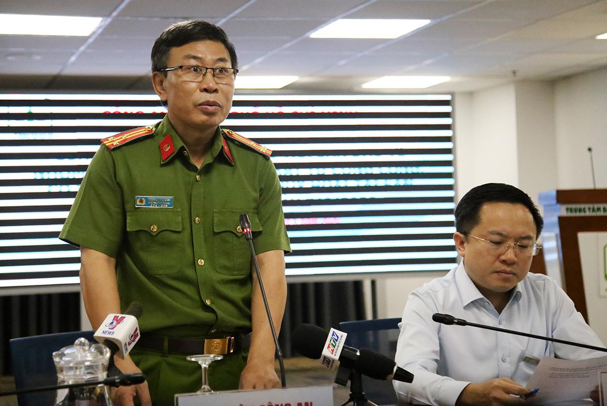 Thượng tá Nguyễn Thế Lâm (trái) và Phó Giám đốc Sở Thông tin - Truyền thông TP HCM Từ Lương cung cấp thông tin về vụ án. Ảnh: Quốc Thắng.