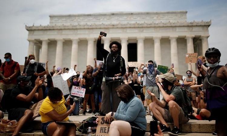 Người biểu tình tập trung tại Đài tưởng niệm Lincoln ở Washington ngày 6/6. Ảnh: Reuters.