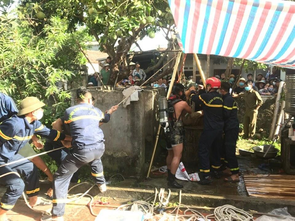 Cảnh sát vớt thi thể bố con ông Nghiên trong chiều 8/6. Ảnh: Lam Sơn.