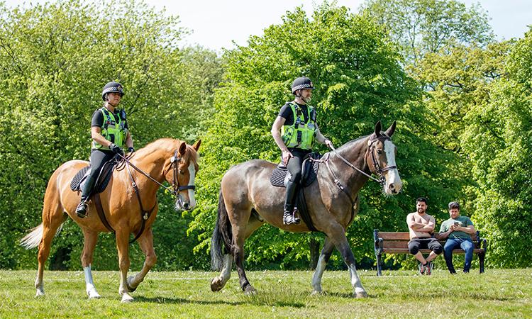 Kỵ binh cảnh sát đi tuần trong công viên Heaton, Manchester, Anh, ngày 9/5. Ảnh: PA.