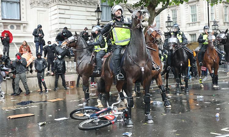 Kỵ binh cảnh sát giải tán biểu tình tại London, Anh, ngày 6/6. Ảnh: PA