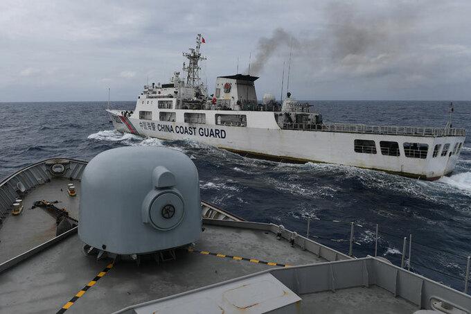 Tàu hải cảnh Trung Quốc (màu trắng) xuất hiện ở phía bắc quần đảo Natuna hồi đầu tháng 1. Ảnh: Reuters.