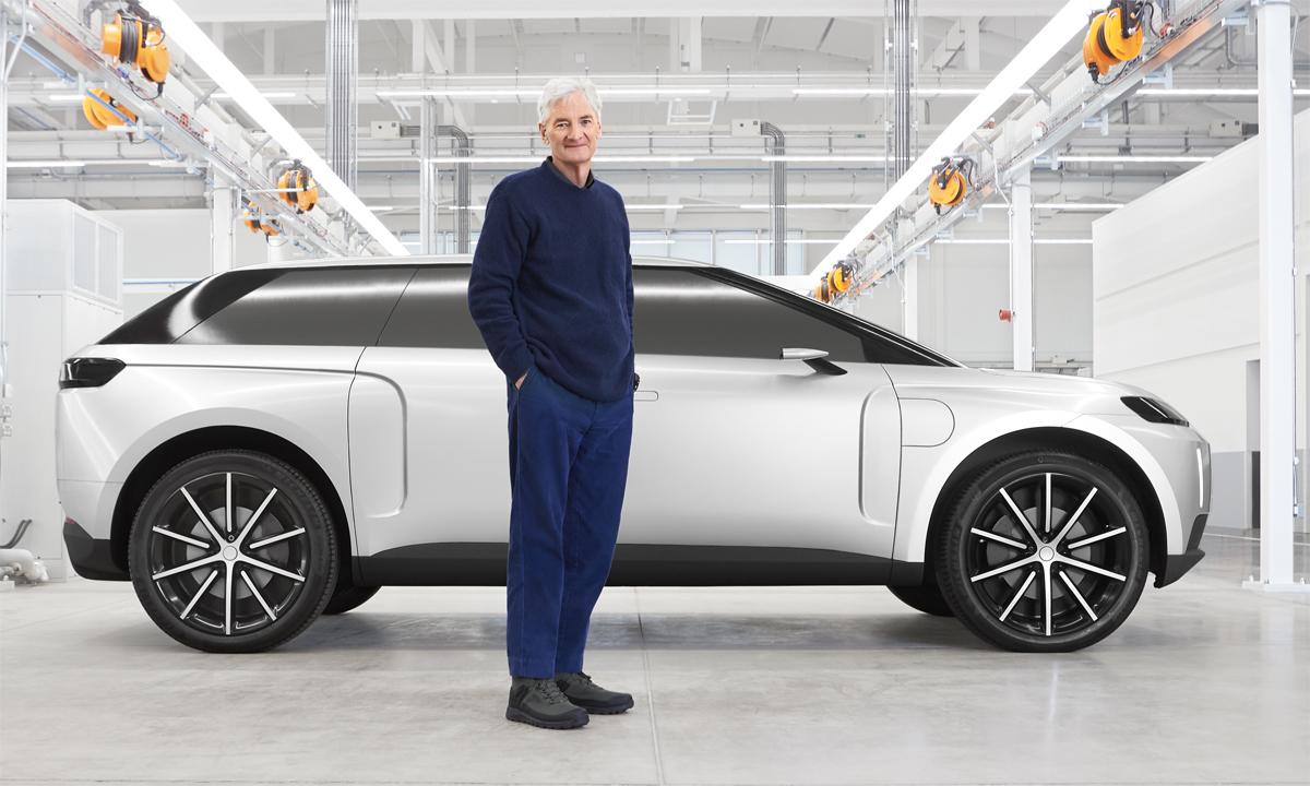 Tỷ phú James Dyson và chiếc xe điện do chính ông cùng đội thiết kế của mình chế tạo. Ảnh: Autocar
