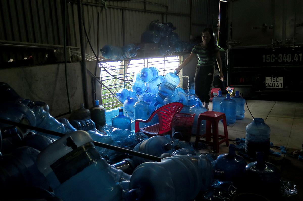 Sử dụng nước mương bị ô nhiễm để sản xuất nước lọc tinh khiết đóng bình bán ra thị trường, cơ sở nước lọc Phúc Hà ở xã Trường Thành, huyện An Lão đã bị nhà chức trách Hải Phòng lập biên bản, yêu cầu dừng hoạt động. Ảnh: Giang Chinh