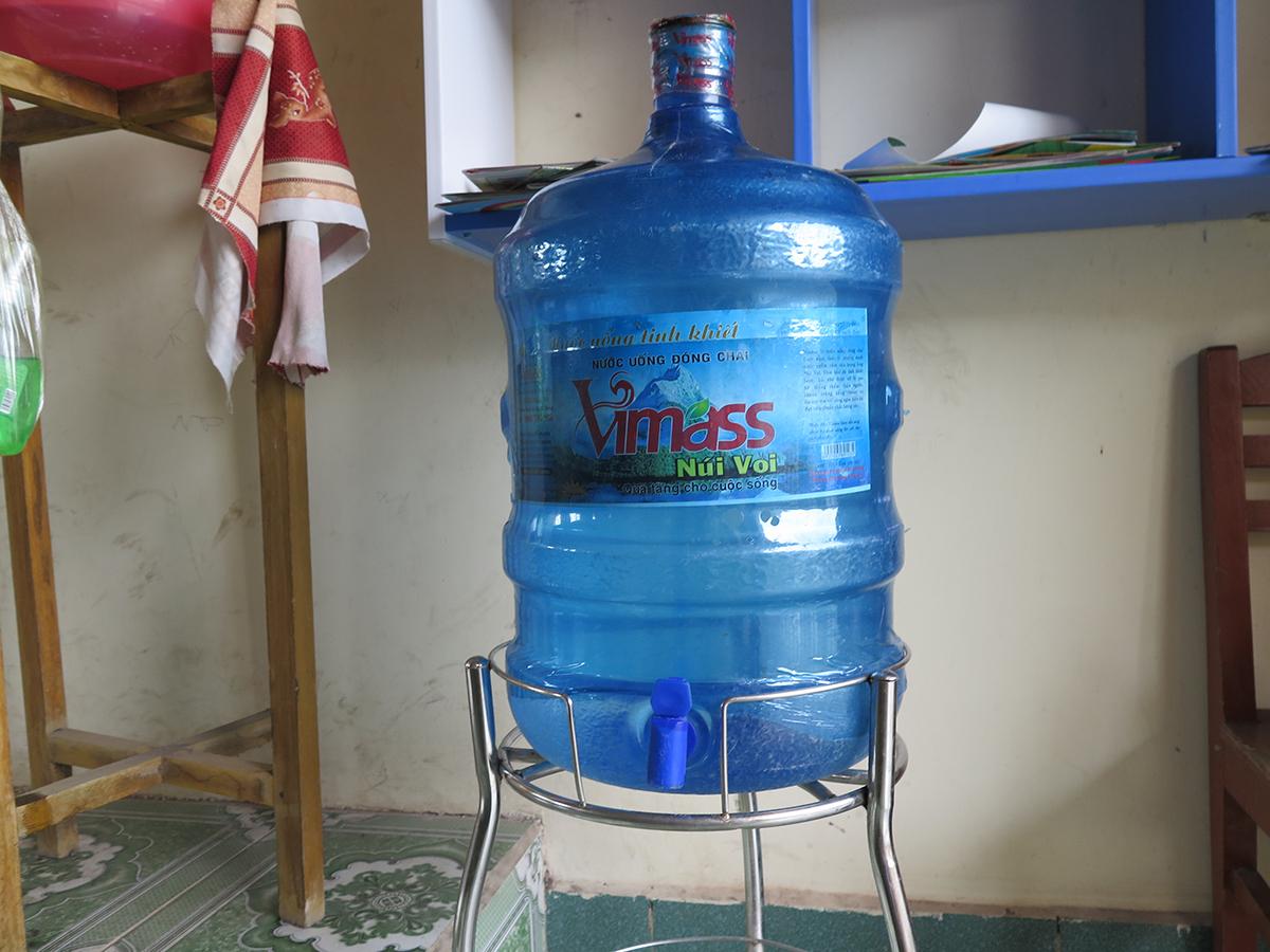 Chiều 8/6, Công ty Phúc Hà buộc phải thu hồi toàn bộ sản phẩm nước lọc đã cung cấp ra thị trường, trong đó bao gồm 3 trường tiểu học: Quang Hưng, Quang Trung và Tân Viên thuộc huyện An Lão. Ảnh: Giang Chinh