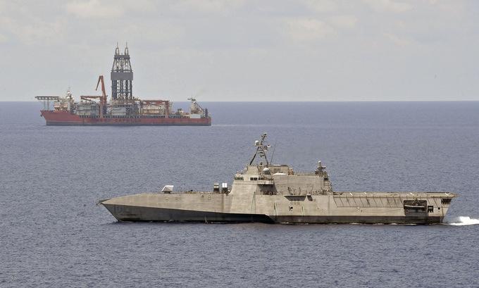 USS Gabrielle Giffords di chuyển gần tàu khoan West Capella hôm 12/5. Ảnh: US Navy.