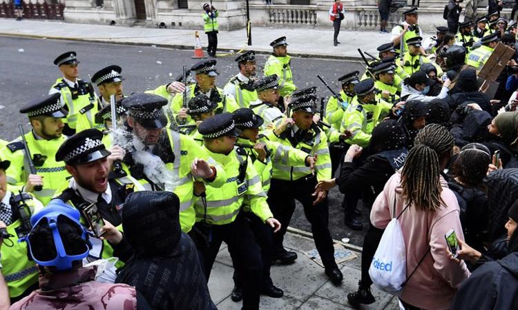Cảnh sát đụng độ người biểu tình ở London, Anh hôm 7/6. Ảnh: Reuters.