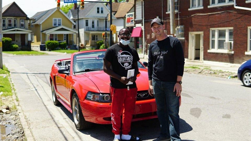Antonio Gwynn Jr. (trái) đượcMatt Block tặng chiếc xe mui trần màu đỏ sau khi một mình dọn dẹp hậu quả của cuộc biểu tình ở Buffalo, New York, hôm 1/6. Ảnh: Matt Block