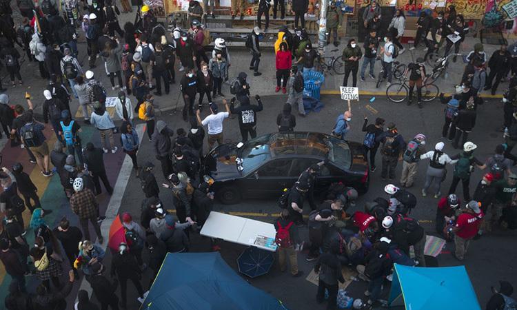 Hiện trường vụ lao xe vào đám đông biểu tình ở thành phố Seattle, bang Washington hôm 7/6. Ảnh: Kuow.