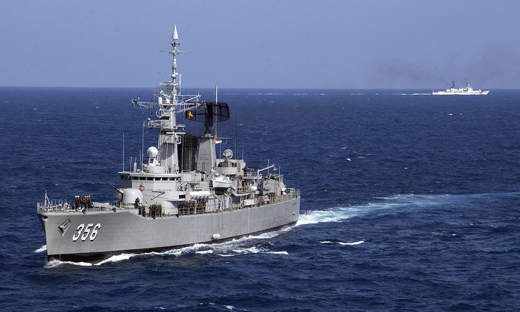 Chiến hạm Indonesia (trái) và tàu hải cảnh Trung Quốc gần quần đảo Natuna hồi năm 2016. Ảnh: Reuters.