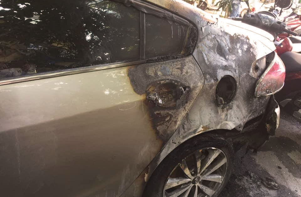Một chiếc ôtô bị Hiếu tẩm xăng đốt, cháy đen. Ảnh: An Phước.