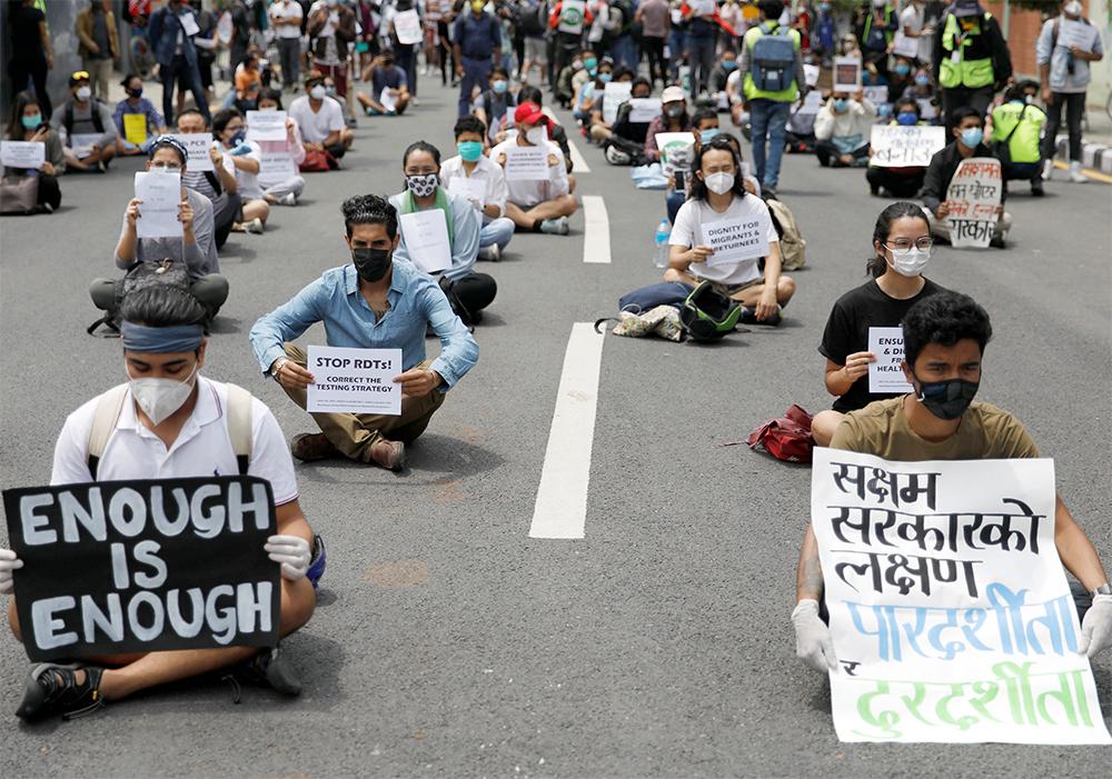 Ng??i bi?u tình bên ngoài Dinh Th? t??ng ? Kathmandu, Nepal, yêu c?u chính ph? ph?n ?ng t?t h?n n?a v?i Covid-19 ngày 9/6. ?nh: Reuters.