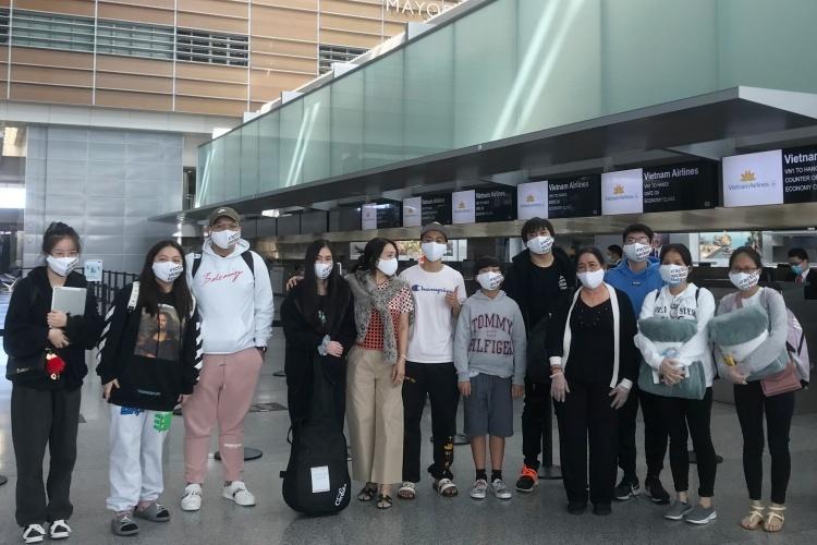 Một nhóm người Việt tại sân bay San Francisco chờ lên chuyến bay về nước ngày 7/8. Ảnh: BNGVN.