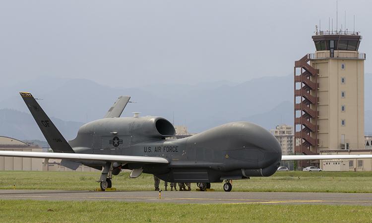 Trinh sát cơ không người lái RQ-4 Global Hawk hạ cánh xuống căn cứ Yokota, Nhật Bản, ngày 30/5. Ảnh: USAF.
