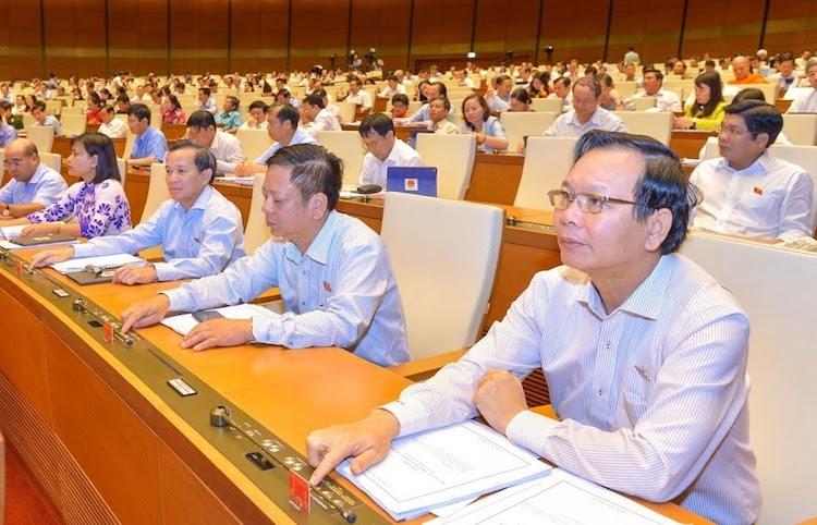 Đại biểu Quốc hội ấn nút thông qua dự án Luật. Ảnh: Hoàng Phong